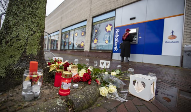 Hoofddorp - Bij de pinautomaat van de Rabobank bij winkelcentrum Toolenburg aan de Markenburg zijn deze dinsdag bloemen neergelegd.
