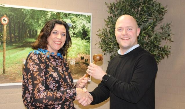 Annette van der Ham geeft de voorzittershamer van GBW aan Ronald de Snoo.
