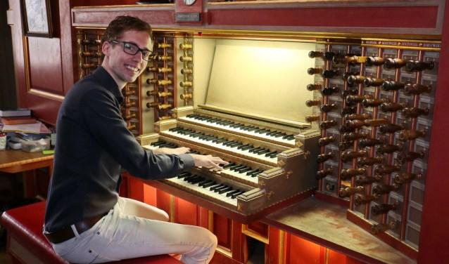 Organist Gert van Hoef speelt op het zeer recent gerestaureerde Elbertse orgel.