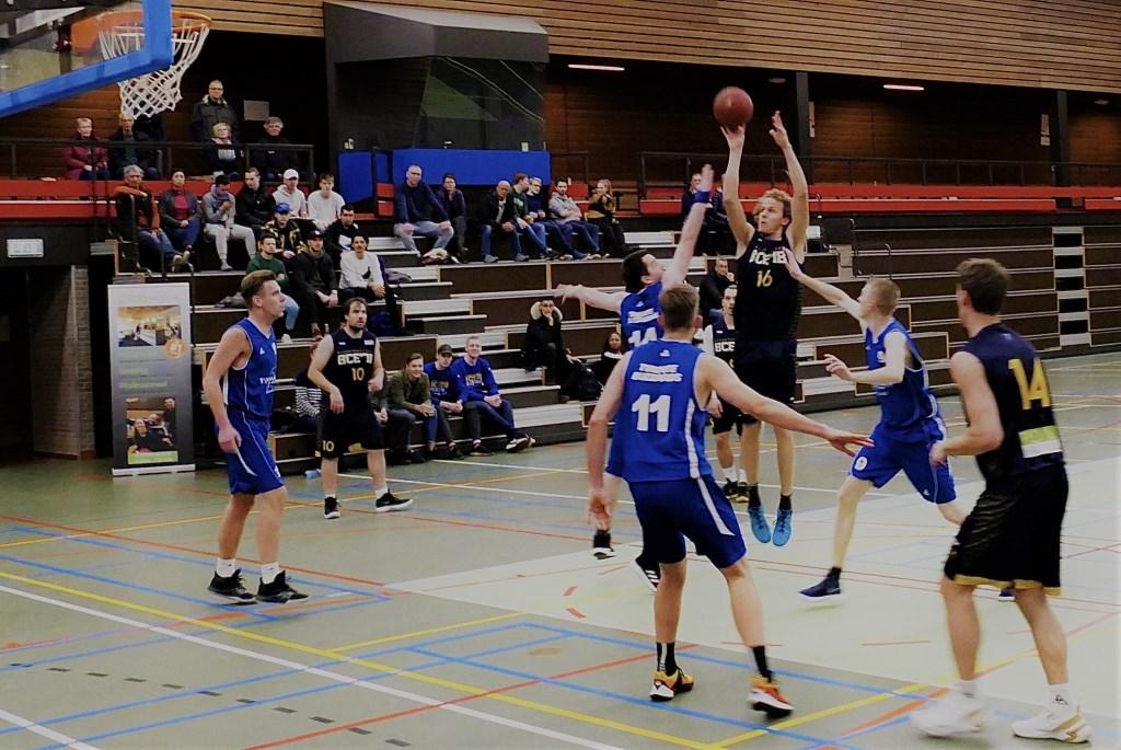 Bram Koning, spelend met nummer 16 gaat scoren.  Jeroen van den Beemt © BDU Media