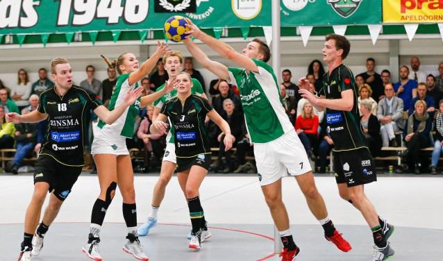 Chris van Haren in groen tenue rechts op de foto.