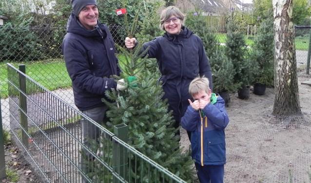 Janet Feenstra en Arjan Veldsink verzorgen de distributie van duurzame kerstbomen. Jelmer vindt het een goed initiatief.