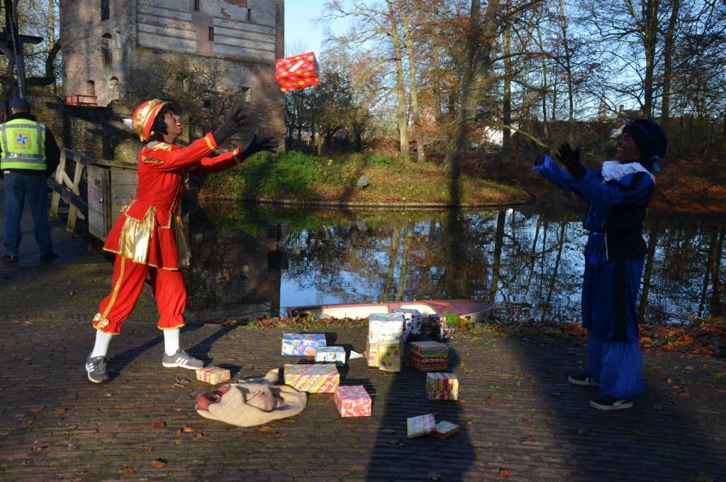 De Pieten zijn druk met de cadeautjes Ali van Vemde © BDU media