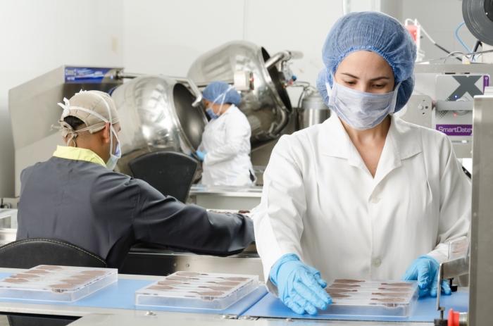 Vrouw bezig met onderzoek in chocoladefabriek