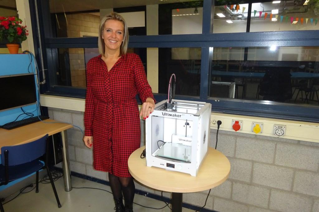 Marieke van den Berg bij een 3D-printer. Eline Lohman © BDU media