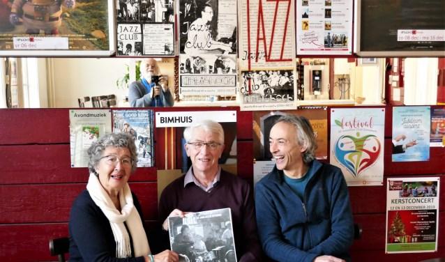 Thea Prinsen, Bart van der Wal en Semmy Prinsen tonen de eerste en enige drukproef van het boek dat volgend jaar verschijnt.
