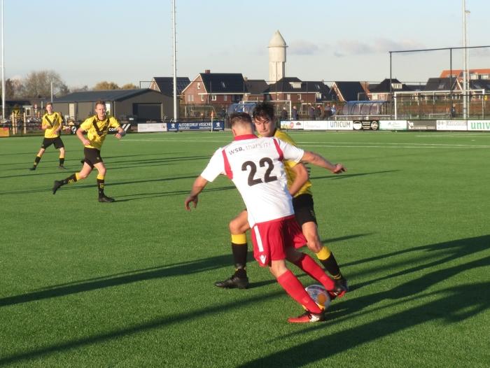 Adi Jogic (22) in duel met sv Meerkerk Teus Stam © BDU media
