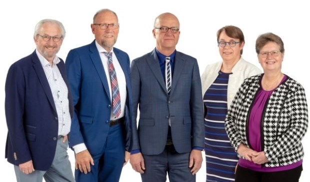 De officiële foto van het Scherpenzeelse college van burgemeester en wethouders.  Rechts GBS-wethouder Henny van Dijk, die dinsdag door de andere collegeleden aan de kant is gezet.