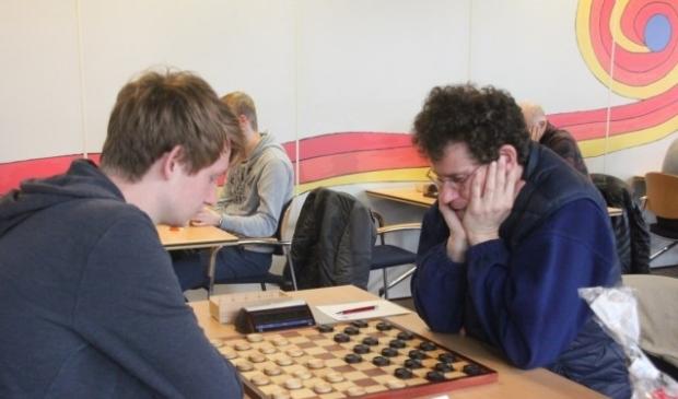 Invaller Jannes Kromhout (links) kwam ver maar, niet ver genoeg tegen Anton van Berkel. (Foto: Van Stigt Thans)