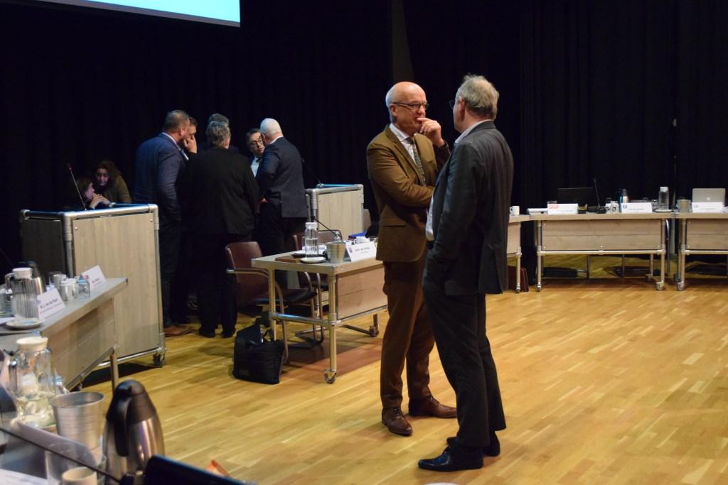 Raadsvergadering Scherpenzeel: De chaos is groot tijdens een schorsing.