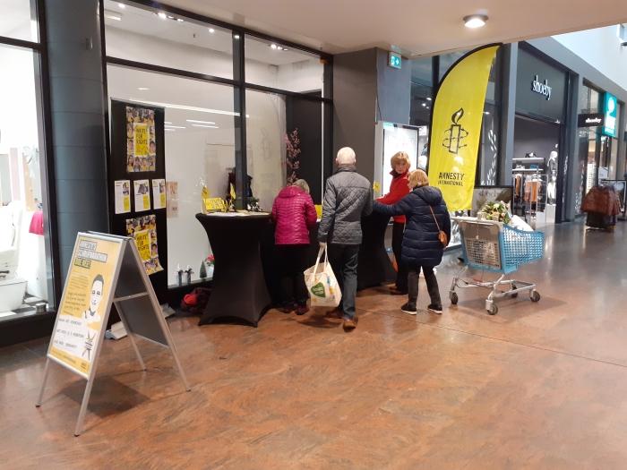 Brievenschrijvers bij de actietafels in winkelcentrum Het Rond