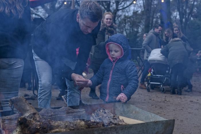 Kinderen krijgen gratis marshmallows om lekker in het vuur te roosteren Annelies Barendrecht © BDU Media