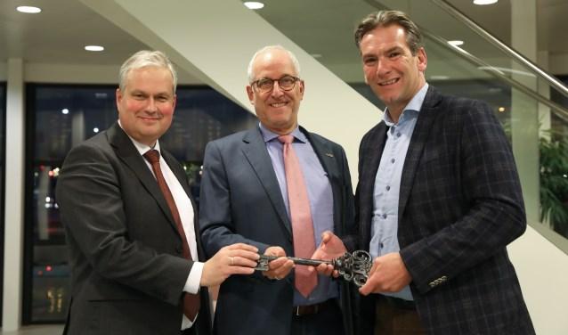 Wethouder Wim Oosterwijk, burgemeester Gerard Renkema en Paul Verhoef, directeur Rabobank Randmeren.