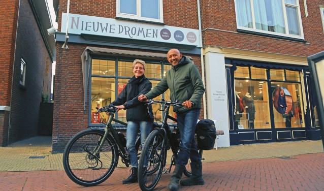 Jacoline van Luttikhuizen en Minggoes Lekatompessy in het centrum van Barneveld.