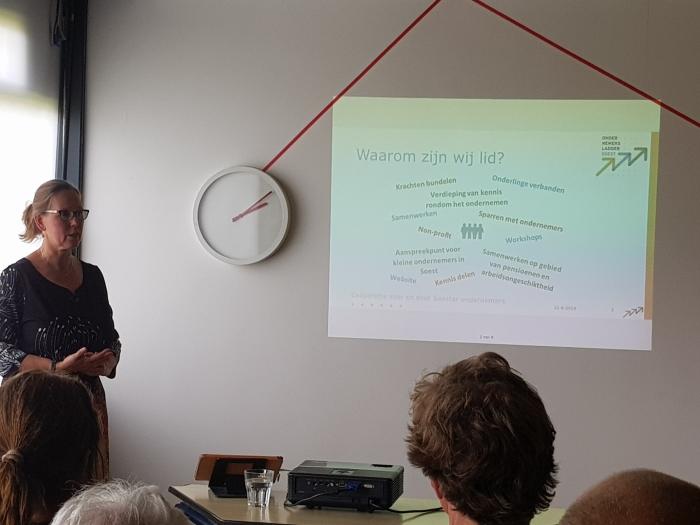 Annemiek Ramaekers tijdens een bijeenkomst van Ondernemersladder Soest