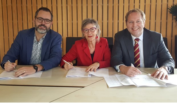 Wouter Gerritse (locatiemanager Viveste Wijk bij Duurstede), Monique van den Hoek (Huurdersbelangenvereniging Krommerijn) en wethouder Willem Joustra