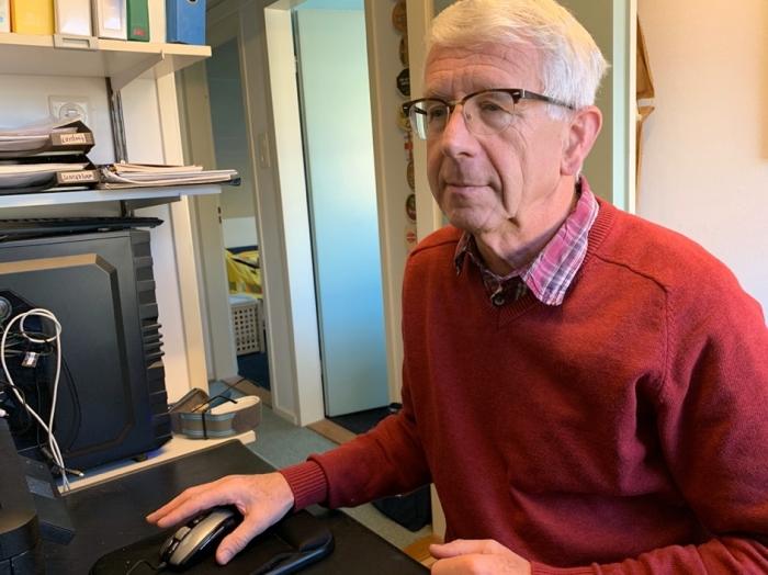 Frans van Es, penningmeester Stichting Vluchtelingkinderen, zit veel achter de computer.