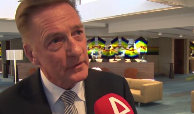 Wethouder Rob Ellermeijer (Media) voor de microfoon van RTV Amstelveen. Het college en de omroep staan tegenover elkaar voor wat betreft de toekomst van RTVA.