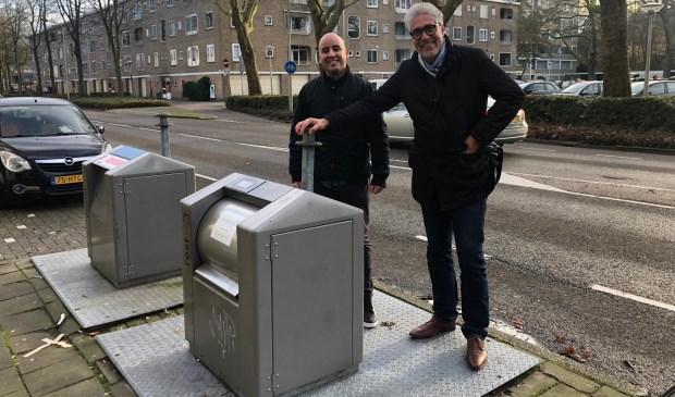 D66-raadsleden Youssef Ben Idder en Edwin van der Waal bij een afvalcontainer in het Stadshart.