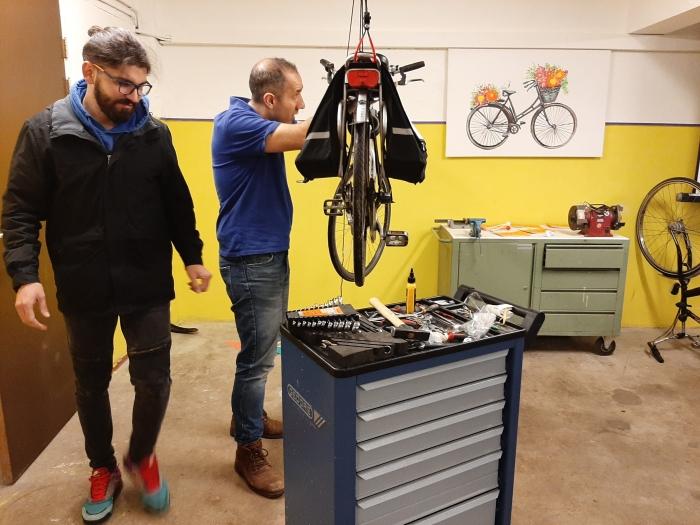 Ervaren fietsenmakers, bewoners van het AZC Leersum aan het werk