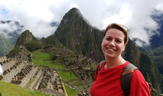 Bianca Jansen tijdens haar reis naar Peru op de Machu Picchu.