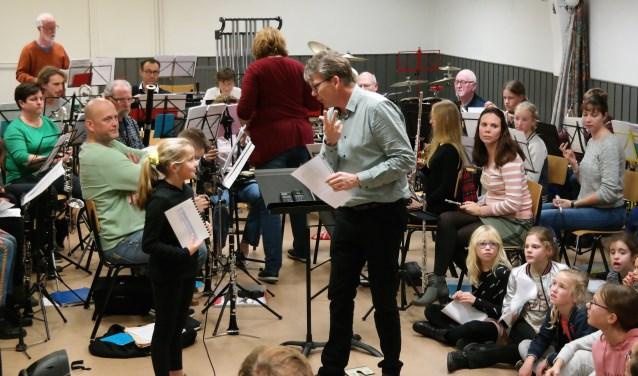 De kinderen tijdens één van de repetities voorafgaand aan het concert.