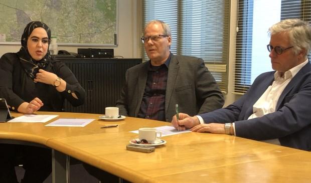 Wethouder Nadya Aboyaakoub met Wim Simon (secretaris NSC) en Jan van Leuveren (voorzitter Veensche Boys).