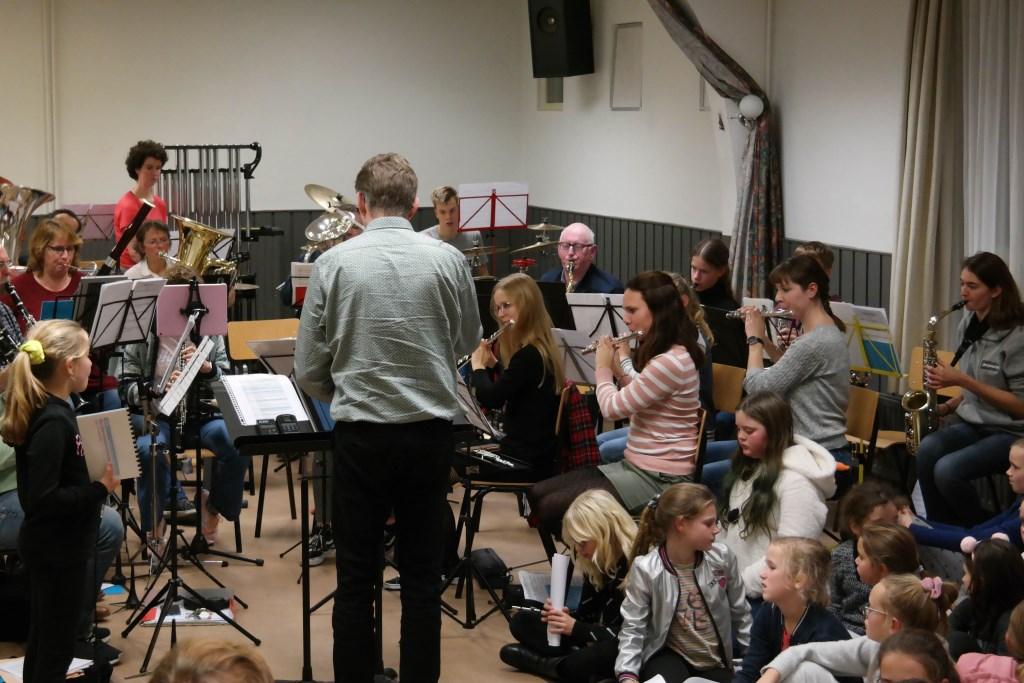 De kinderen tijdens één van de repetities voorafgaand aan het concert. Yonna Huisman © BDU media