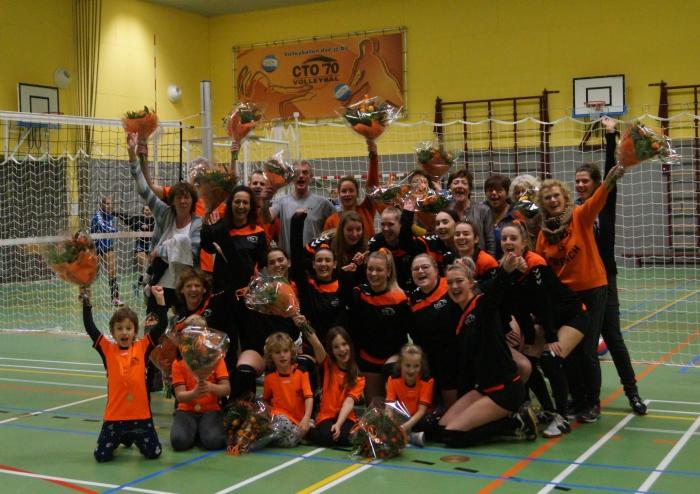 Spelers van de kampioensteams HS1, DS1, DS2 en CMV niveau 2 van CTO'70 Volleybal worden gehuldigd tijdens in het Dorpshuis.