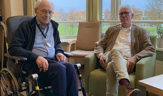 'Ik heb genoeg van de wereld gezien', zegt Willem Stolvoort (links). Naast hem zit vrijwilliger Ed Strobel.