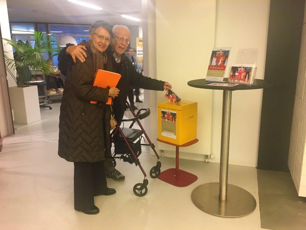 Bezoekers kunnen de kaarten ter plekke in het raadhuis schrijven en in de speciaal voor de actie gemaakte gele postbus doen. Gemeente Amstelveen © BDU media