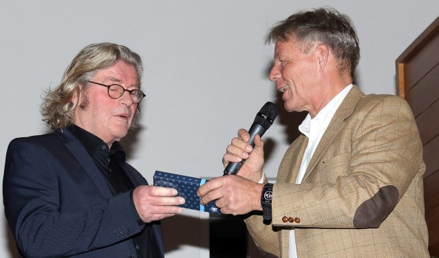 Wouter van den Broek ontvangt de erepenning met oorkonde uit handen van Maarten van Dam.