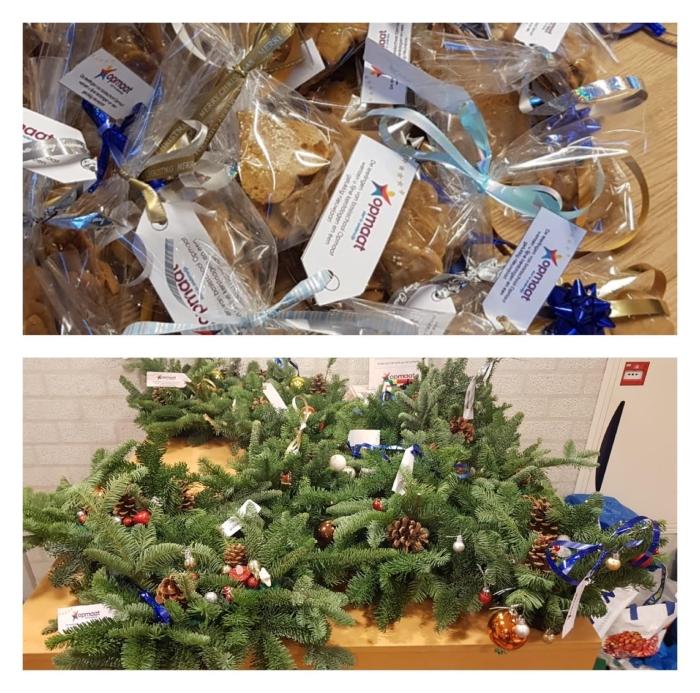 Zelfgebakken kerstkoekjes en gemaakte kerststukjes die in het dorp zijn uitgedeeld
