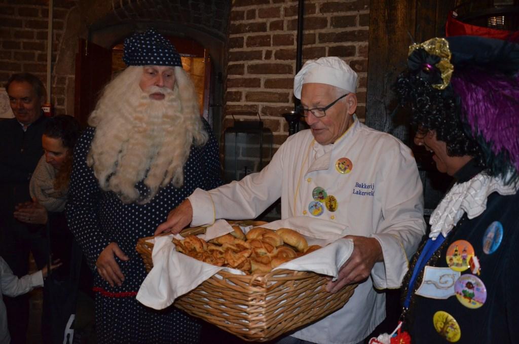 Sinterklaas bekijkt de lekkere broodjes van bakkertje Lakerveld Ali van Vemde © BDU media
