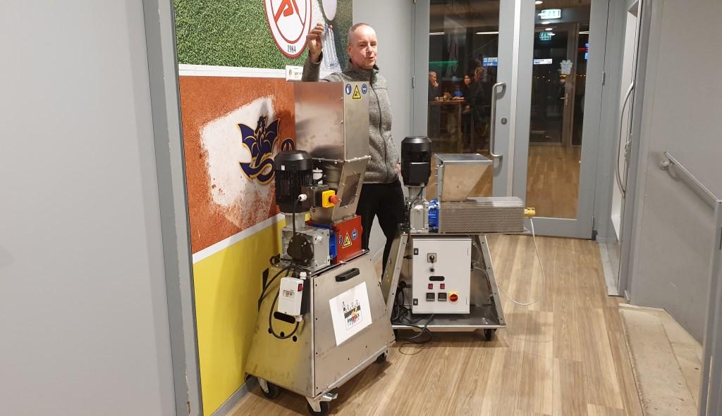 Mike staat tussen de plastic shredder (li) en de plastic extruder (re), beide zijn nodig om plastic te recyclen. Irene van Valen © BDU media