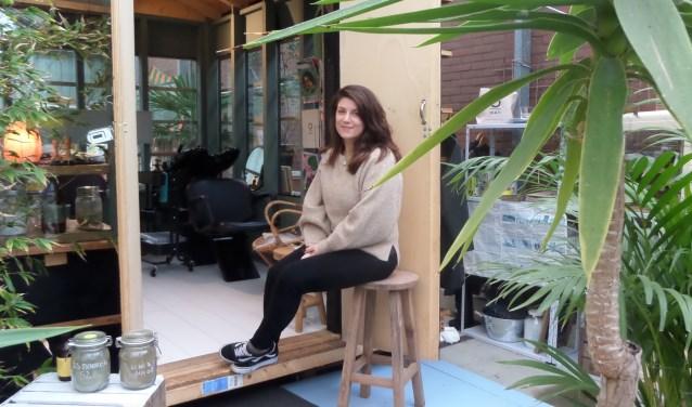 Hairstyliste Joline Klinkenberg van natuurkapsalon 'Schaar zoekt Haar' is de eerste kapper in Haarlem die plantenkleuringen toepast.