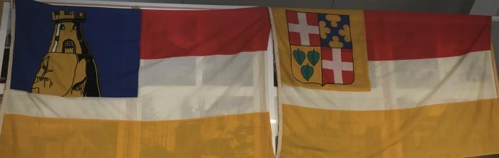 Links de vlag van Stoutenburg, rechts die van Leusden.