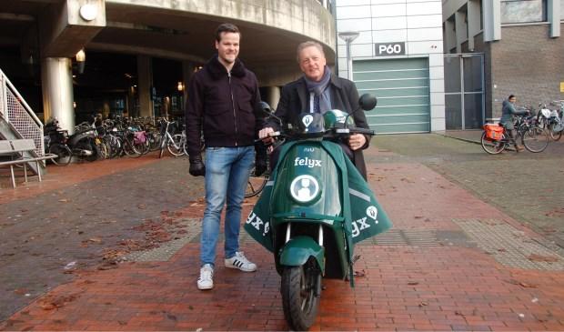 Wethouder Rob Ellermeijer op deelsscooter in het centrum van Amstelveen.