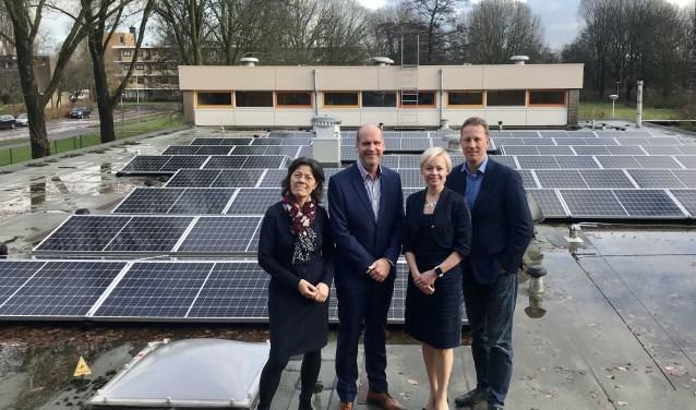 De wethouders Floor Gordon en Frank Berkhout op het dak van van De Bloeiwijzer met Marlies Verkuijlen-Wolff (bestuurder St. Amstelland) en Frans Cornet (bestuurder St. Amstelwijs).