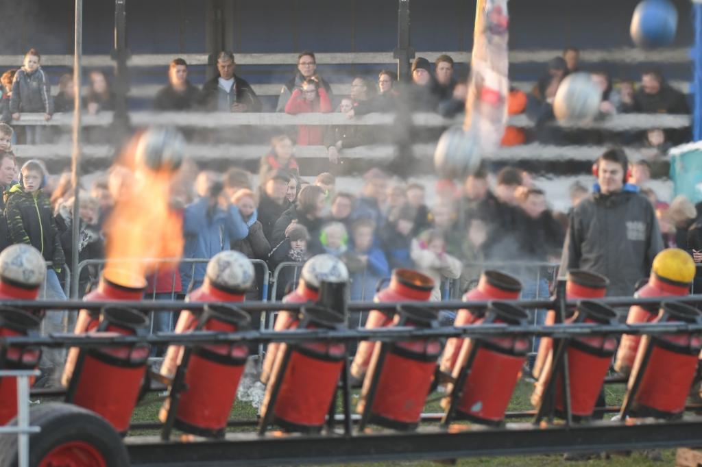 <p>Archieffoto van georganiseerd carbidschieten in Nijkerkerveen.</p>