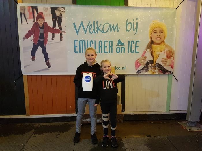 Zusjes Yentl (11jr) & Ninthe (7jr) bij de ijsbaan