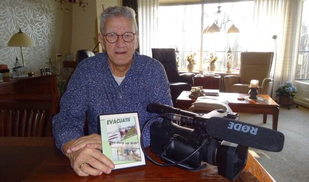 Gert met de evacuatie-dvd en zijn videocamera.