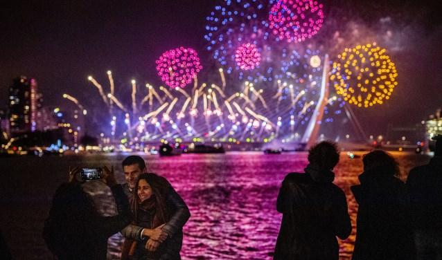 ROTTERDAM - Feestvierders vieren de jaarwisseling bij de Erasmusbrug. Op en rond de brug wordt het Nationale Vuurwerk afgestoken. ANP ROBIN UTRECHT