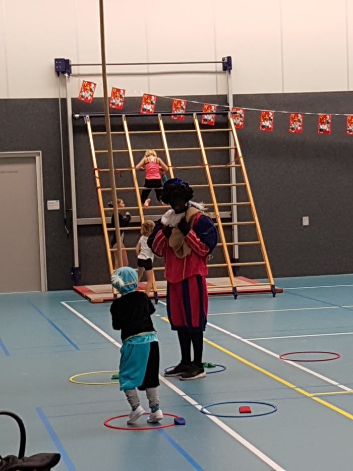 Zwarte Piet en kinderen slingeren in de touwen Joke van Grootveld © BDU
