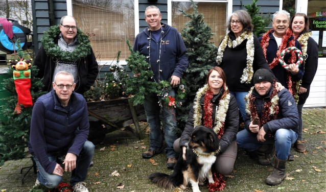 Deze vrijwilligers staan klaar om een mooie kerstmarkt te bieden.