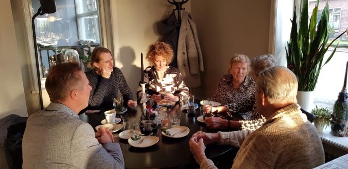 Wethouder Jana Smith in gesprek met gasten en vrijwilligers van PlusBus Houten