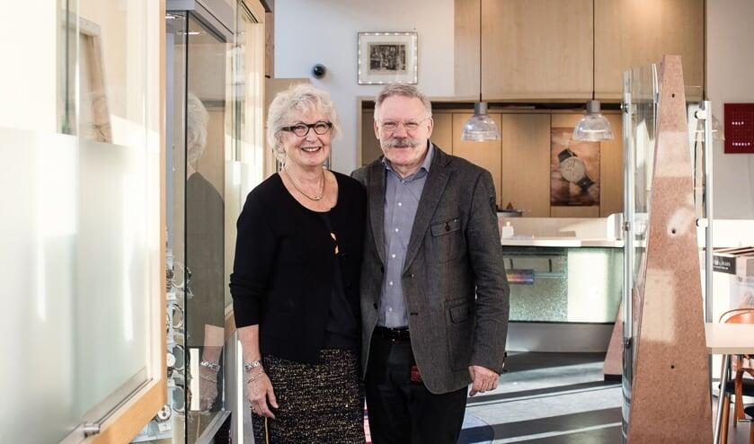 Jacques en Gesina Ploeger in hun juwelierszaak in de Torenstraat te Ede.