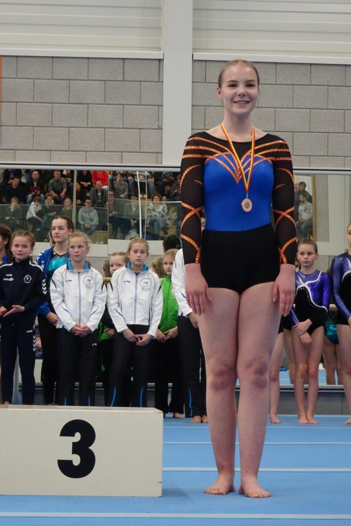 Eline van Ieperen met bronzen medaille voor 4e plaats Claudia van Mechelen © BDU Media