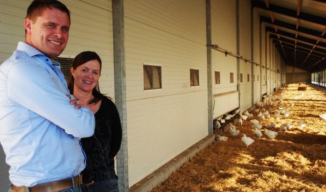 Erik en Karin in de overdekte uitloopstal.