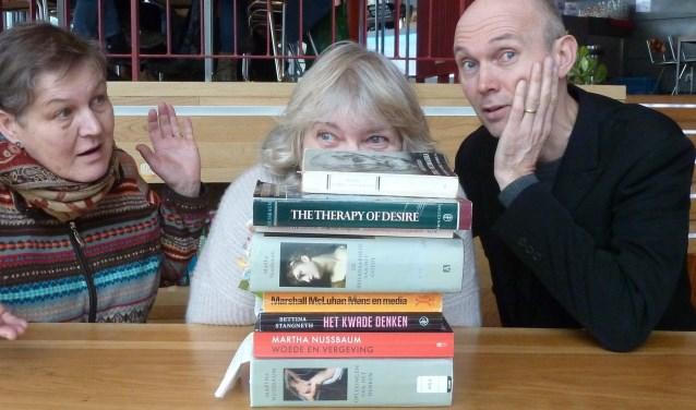 LesBienHeur.EU: theatergezelschap ter bevordering van de filosofie. Vlnr: Miep van Dam, Maria van de Looverbosch, Dick Schipper.